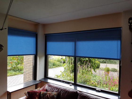 Blauw rolgordijn in woonkamer