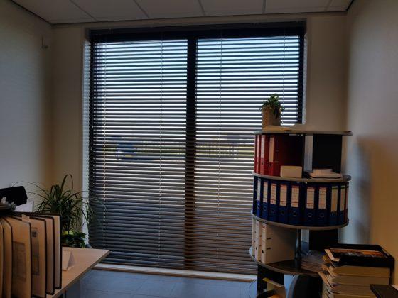Horizontale jaloezieeen op kantoor