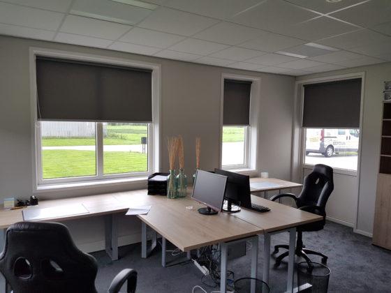 Rolgordijnen op kantoor met aluminium onderlat