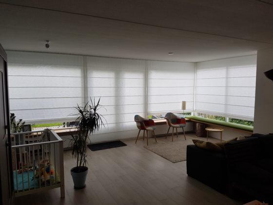 Witte vouwgordijnen woonkamer